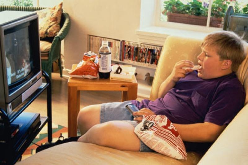 A tévénézés is okozója a gyermekkori elhízásnak