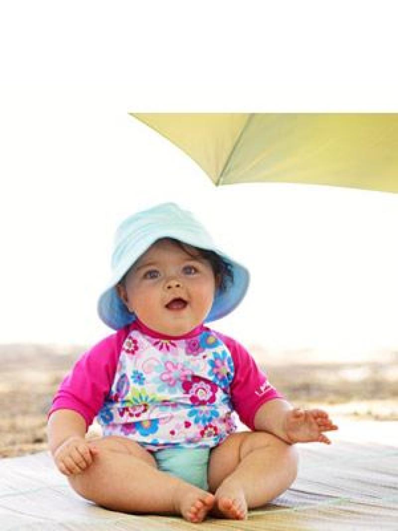 Hogy védjük meg kisbabánkat a káros napsugaraktól?
