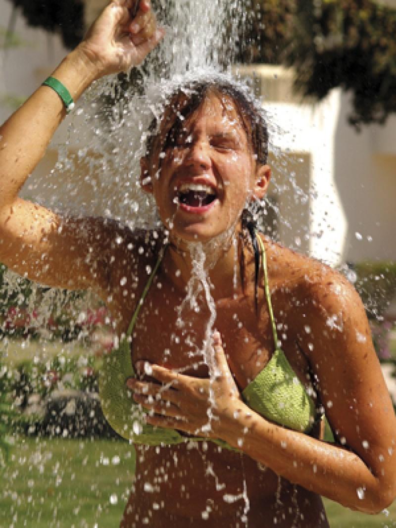 Árvíz, eső, kerti medence – milyen veszélyekkel járhat a nyári fürdőzés?