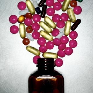 Megsarcolják a gyógyszerészeti cégeket is