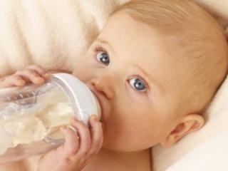 A tehéntejfehérje-allergia összes tünetét kezeli egy tápszer