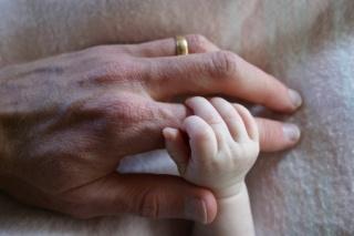 Az idősebb apák hosszabb életű gyermekeket nemzenek