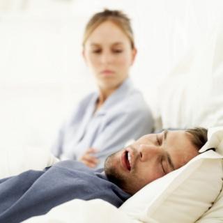 A horkolás a párkapcsolatot is veszélyezteti. Így tegyünk ellene...