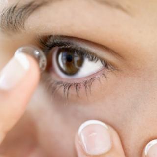 Alvás közben korrigálja látását a speciális kontaktlencse