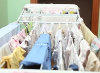 Miért veszélyes, ha a szobában szárítjuk a ruhát?