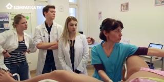 Szülés-szimulátoron gyakorolnak az orvosok