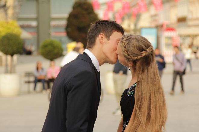 Csókkal terjed