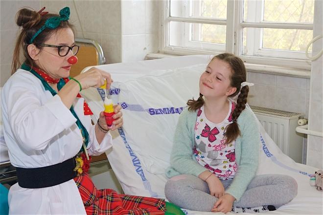 Piros Orr Bohócdoktorokkal könnyebb a műtét előtti várakozás