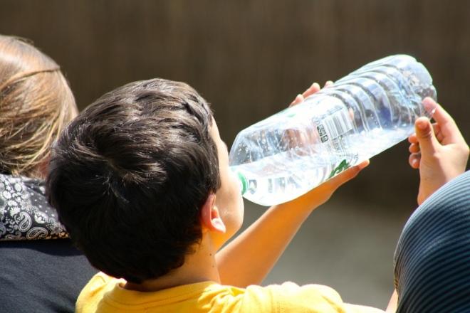 Ne csak vizet igyon a gyerek a nyári hőségben!