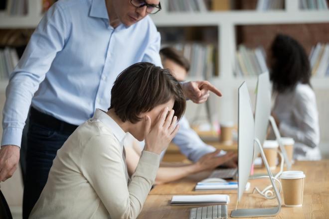 Piszkálnak a munkahelyeden? Sosem jó, amit csinálsz?