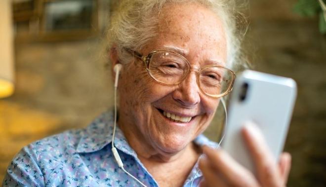 Önkéntesek segítik a magányos időseket