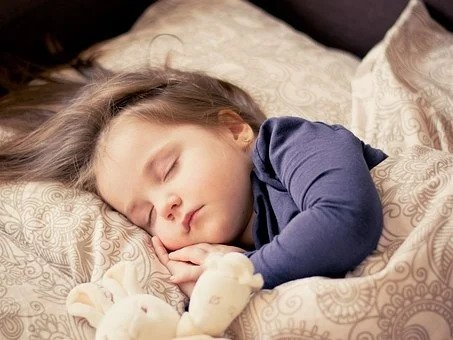 Mennyi alvás kell egy gyereknek?