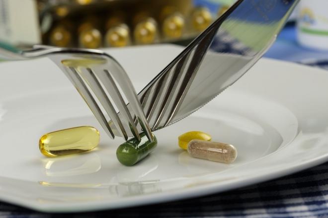 A fiatalok nem tesznek különbséget az étrend-kiegészítők és a gyógyszerek között