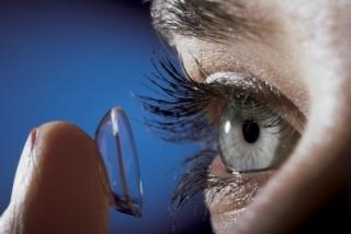 Akár fejfájást is okozhat a kontaktlencse