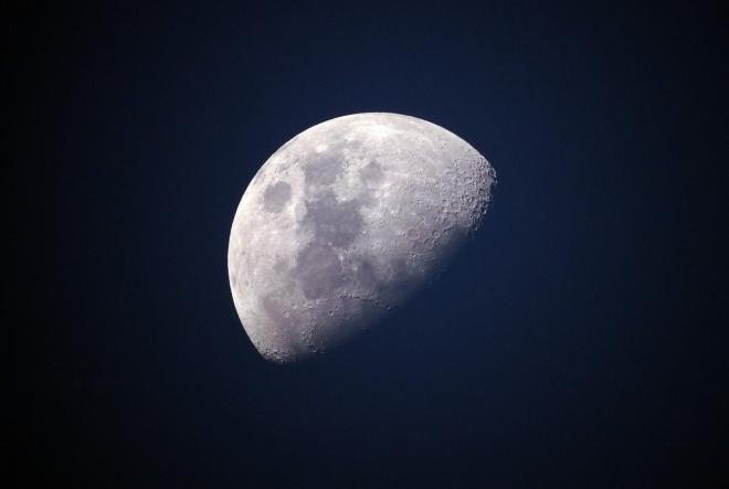 Vizet találtak a Hold napsütötte oldalán