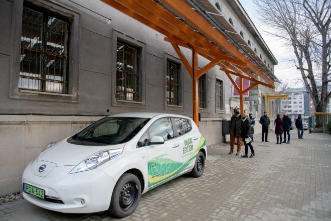 Napelemes autótöltőt helyeztek üzembe Budapesten