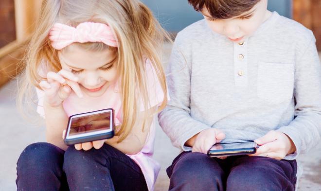 Megváltoztatja a gyerekek gondolkodását a mobilozás