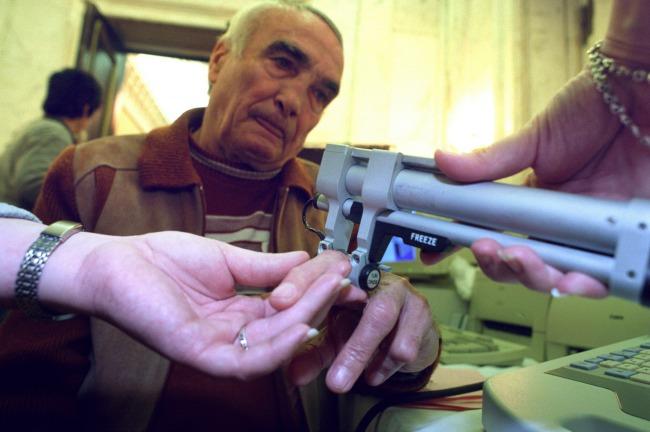 Idős férfin végeznek csontritkulás szűrést (MTI-fotó: T. Asztalos Zoltán)