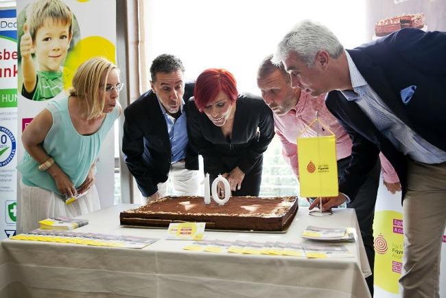 Erős Antónia, Csonka András, Pataki Zita, Szellő István és Jókuti András együtt fújták el a 10. születénspai tortát