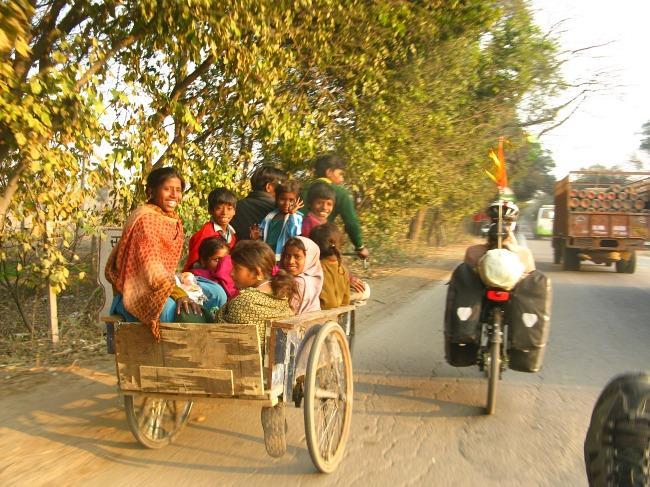 Indiában, egy 10 főt cipelő, emberi hajtású bicikli riksát előzve (Fotó: 360°bringa)