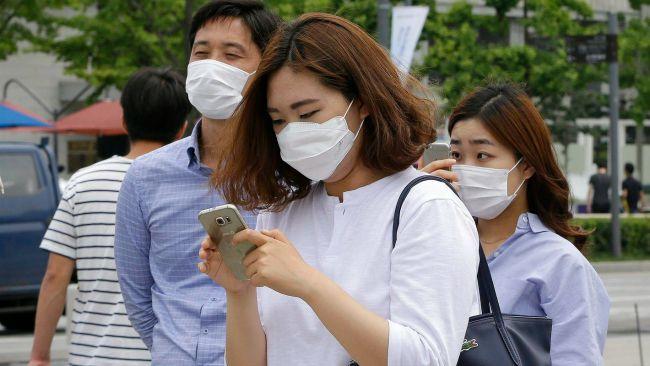 Védőmaszkot viselő helyiek Szöulban (Fotó: MTI/AP/Ahn Jang Dzsun)