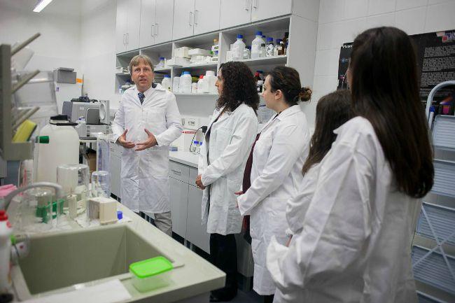 Hernádi István, a PTE egyetemi docense mutatja be a Szentágothai János Kutatóközpont egyik laboratóriumát a török delegáció tagjainak (Fotó: PTE)