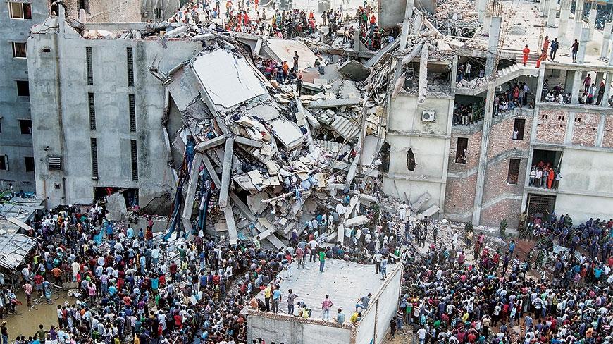 A képen a Rhana Plaza látható, összeomlása után. A cégek még a tragédia után öt évvel is adósak voltak kártérítés összegével.