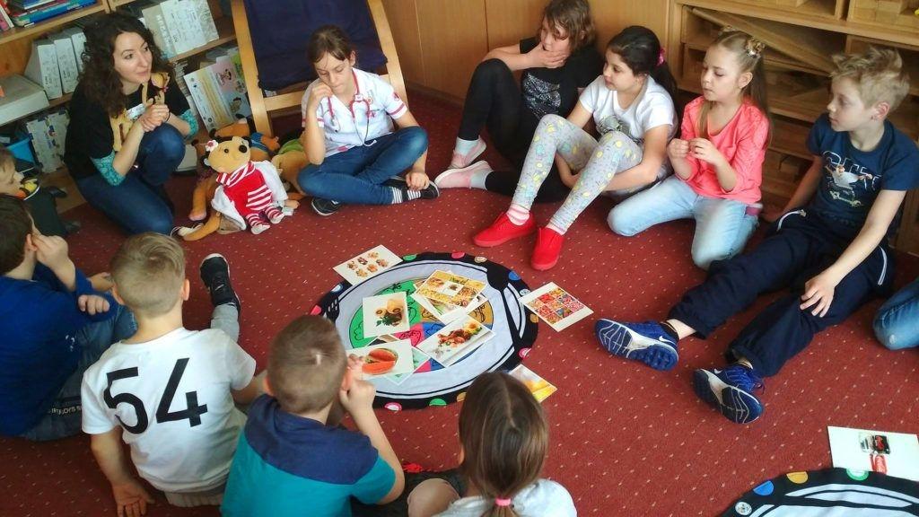 Óvodai ismeretterjesztő foglalkozás a Szurikáta Alapítvány csapatával (Fotó: Szurikáta Alapítvány Facebook)